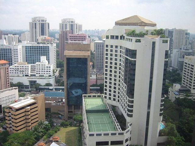 holiday-inn-atrium-rooftop-tennis-court-in-singapore_rooftop-tennis-court_2009